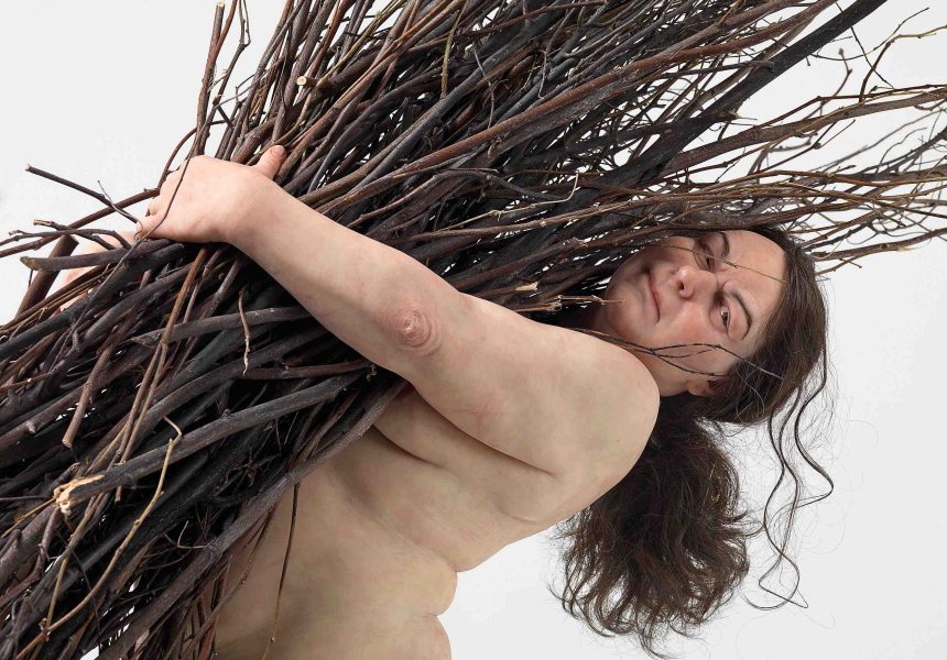 Ron Mueck Born Australia 1958 - Woman with sticks 2008 (detail) silicone, polyurethane, steel, wood, synthetic hair, ed. 1/1 (170.0 x 183.0 x 120.0 cm) Private collection © Ron Mueck courtesy Anthony d'Offay, London Photo : Mike Bruce