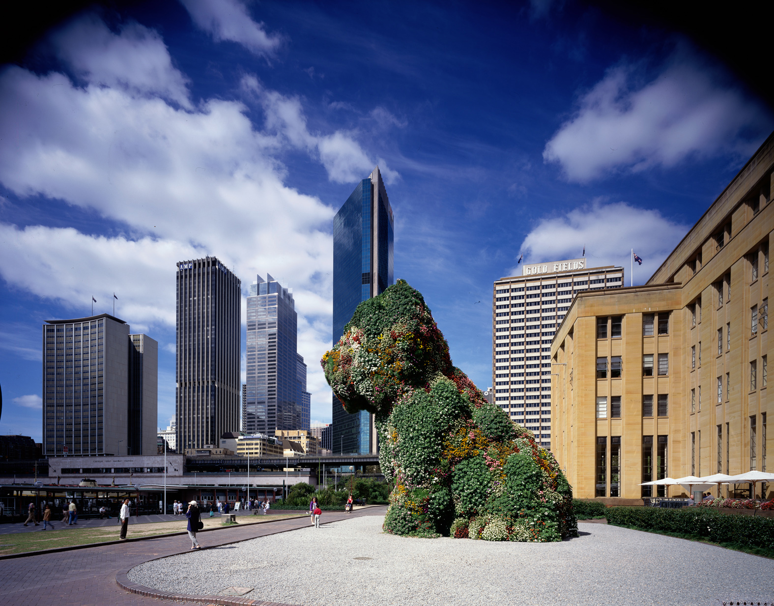 "Kaldor Public Art Project 10: Jeff Koons ""Puppy"", Museum of Contemporary Art forecourt, Sydney, 12 December 1995 – 17 March 1996 © Jeff Koons. Photography: Eric Sierins"